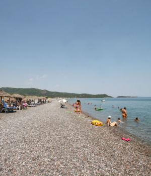 Οργανωμένη παραλία με  δωρεάν ξαπλώστρες και ομπρέλες για εσάς!
